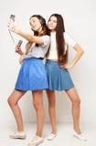 Les filles de hippie de beauté avec un microphone chantant et prennent la photo Photo stock