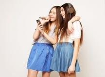 Les filles de hippie de beauté avec un microphone chantant et prennent la photo Image libre de droits