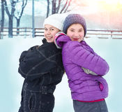Les filles de l'adolescence en hiver vêtx la patinoire extérieure d'o Images libres de droits