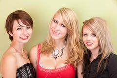 Les filles de l'adolescence heureuses sourient pour l'appareil-photo Photo stock