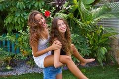 Les filles de l'adolescence de meilleurs amis ferroutent sur l'arrière-cour Photos stock