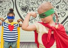Les filles de super héros badine avec le fond vide de pièce avec des graphiques d'amour de coeur Photographie stock