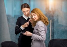 Les filles discutent l'intrigue dans le bureau Images stock