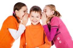 Les filles dit un secret à l'ami Image libre de droits