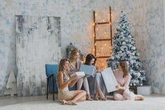 Les filles donnent des cadeaux célébrant la nouvelle année, anniversaire, ayant l'amusement Image stock
