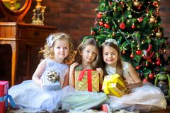 Les filles donnent des présents Photos stock