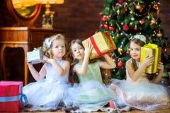 Les filles donnent des présents images stock