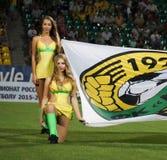 les filles du comité de soutien tenant le drapeau du club avant le match Photo stock