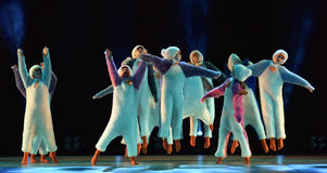 Les filles en air rose habille la danse sur l'étape Photos stock