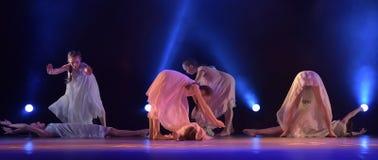 Les filles en air rose habille la danse sur l'étape Images libres de droits