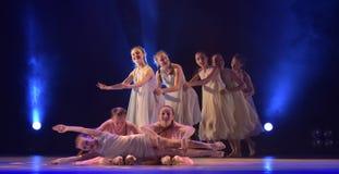 Les filles en air rose habille la danse sur l'étape Images stock
