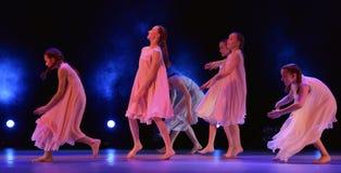 Les filles en air rose habille la danse sur l'étape Photo libre de droits