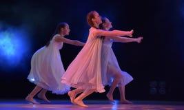 Les filles en air rose habille la danse sur l'étape Photographie stock libre de droits