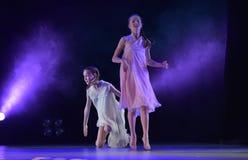 Les filles en air rose habille la danse sur l'étape Photos libres de droits