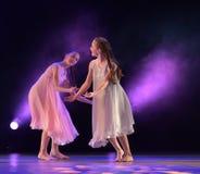 Les filles en air rose habille la danse sur l'étape Image libre de droits
