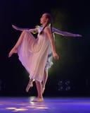 Les filles en air rose habille la danse sur l'étape Image stock