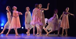 Les filles en air rose habille la danse sur l'étape Photographie stock