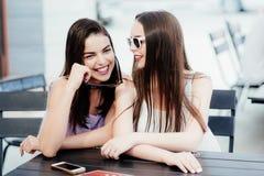 Les filles en café passent un temps merveilleux Photo stock