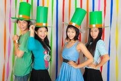 Filles et garçon thaïlandais asiatiques le jour de St Patrick Image libre de droits