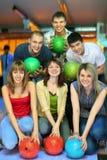 Les filles et les camarades restent avec la bille dans le club de bowling Photographie stock libre de droits