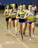 Les filles exécutent 800 mètres de chemin Photos stock