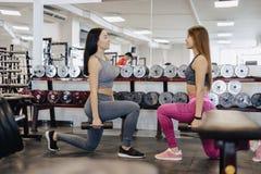 Les filles font des haltères dans le gymnase, forme physique photo libre de droits