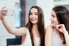 Les filles font un repos en café et font des selfies Photos stock