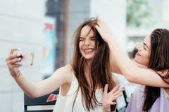 Les filles font un repos en café et font des selfies Image libre de droits