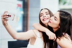 Les filles font un repos en café et font des selfies Photo stock