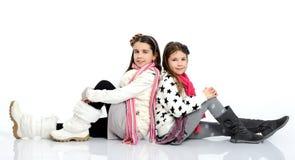 Les filles gaies en hiver vêtx photographie stock libre de droits