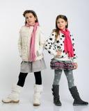 Les filles gaies en hiver vêtx image libre de droits