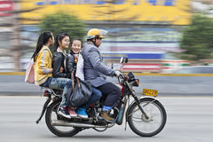Les filles gaies sur un moteur roulent au sol dans Guangzhou, Chine Photographie stock libre de droits
