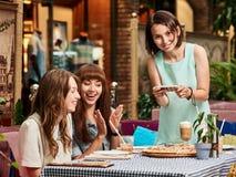 Les filles groupent au café Image stock