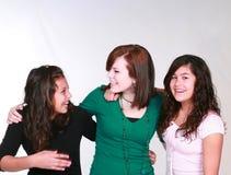 les filles groupent de l'adolescence mélangé riant Photos libres de droits