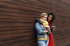 Les filles heureuses avec emportent le café dehors Images libres de droits