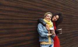 Les filles heureuses avec emportent le café dehors Photo libre de droits