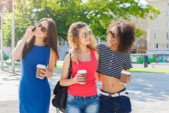 Les filles heureuses avec emportent le café dehors Photos stock
