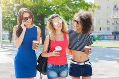 Les filles heureuses avec emportent le café dehors Photos libres de droits