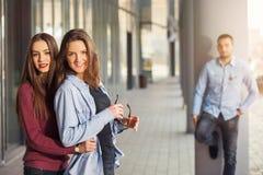 Les filles heureuses et les garçons de l'adolescence ayant le bon amusement chronomètrent dehors Photos libres de droits