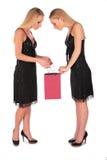 Les filles jumelles regarde dedans pour mettre en sac Images stock