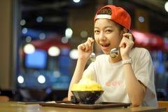 les filles mangent du fromage de mangue de Bingsu - dessert coréen images libres de droits