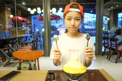 les filles mangent du fromage de mangue de Bingsu - dessert coréen Photos stock