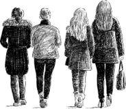 Les filles marche sur la rue de ville Photographie stock libre de droits