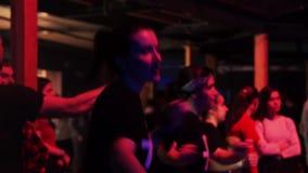 Les filles mignonnes de brune utilisant les T-shirts noirs réchauffe avant représentation banque de vidéos