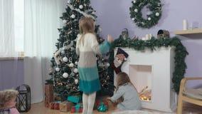 Les filles ont apprécié les cadeaux clips vidéos