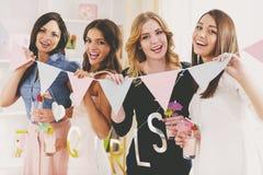 Les filles ont l'amusement et boivent la partie de cocktails à la maison Photographie stock