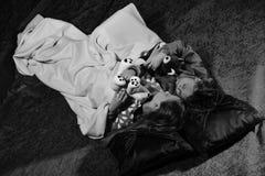 Les filles ont la partie de pyjama, tombent endormi Enfants avec les visages décontractés image stock