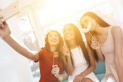 Les filles ont un grand temps à la poule-partie Demoiselles d'honneur et jeune mariée célébrant et faisant le selfie Photographie stock libre de droits