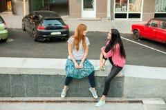 Les filles parlent entre eux Photos stock