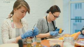 Les filles préparent des légumes pour faire cuire un plat délicieux banque de vidéos